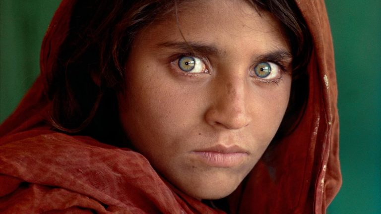 "12-летняя Шарбат Гула, та самая ""Афганская девочка""National Geographic. ""The green-eyed Afghan girl became a symbol in the late twentieth century of strength in the face of hardship. Her tattered robe and dirt-smudged face have summoned compassion from around the world; and her beauty has been unforgettable. The clear, strong green of her eyes encouraged a bridge between her world and the West. And likely more than any other image, hers has served as an international emblem for the difficult era and a troubled nation."" - Phaidon 55 NYC5958, MCS1985002 K035 Afghan Girl: Found National Geographic, April 2002"